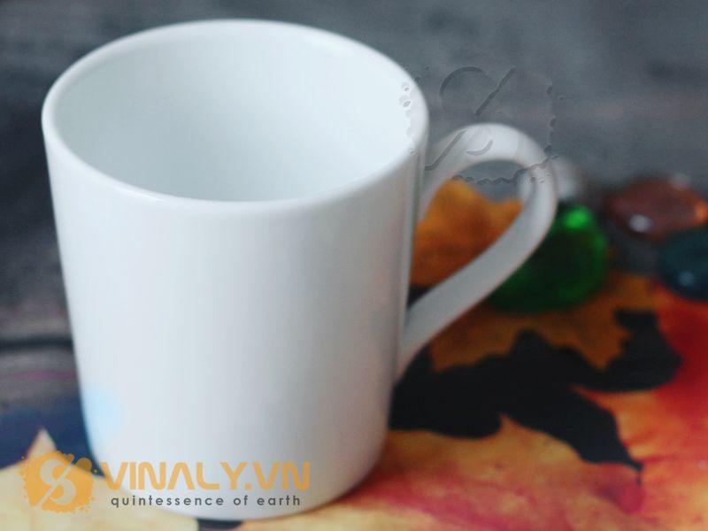 Form dáng ly sứ trắng vát nhỏ men bóng gần giống ly sứ bầu cắt đế nhưng có phần đứng hơn