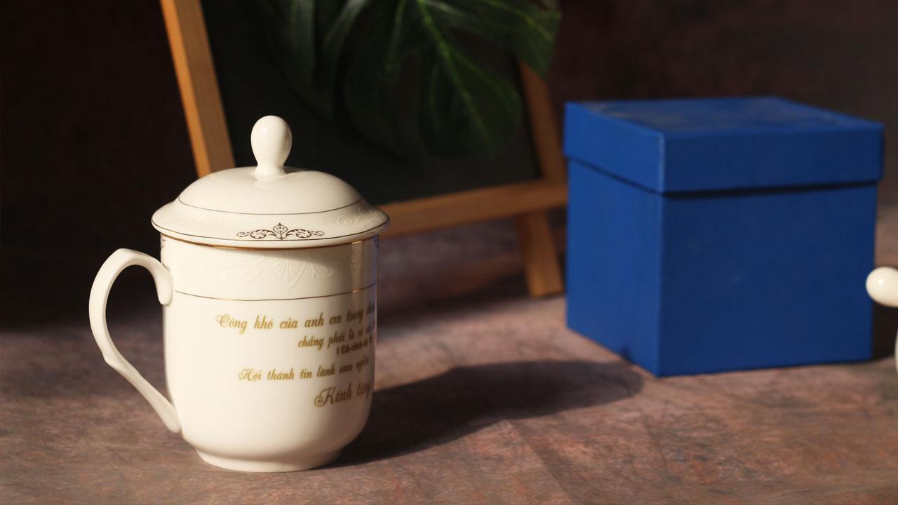 In chữ lên ly sứ được tặng kèm hộp đựng sang trọng