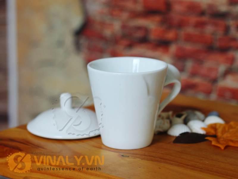 sản phẩm có thể in logo doanh nghiệp lên ly sứ trắng quai xoắn có nắp để làm quà tặng cao cấp