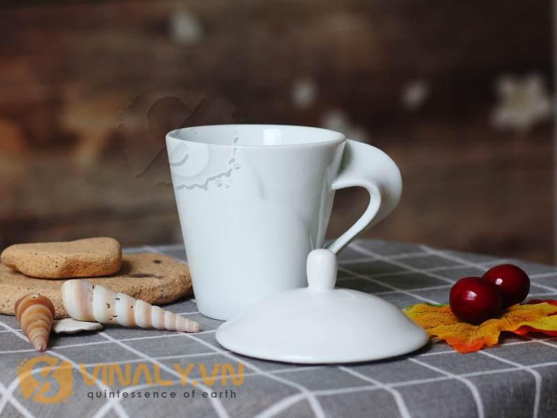 Ly sứ trắng quai xoắn có nắp với thiết kế độc đáo