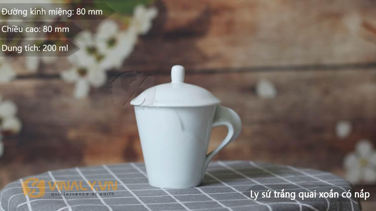 Ly sứ trắng quai xoắn có nắp có kích thước nhỏ gọn, vừa vặn lòng bàn tay rất thuận tiện khi cầm