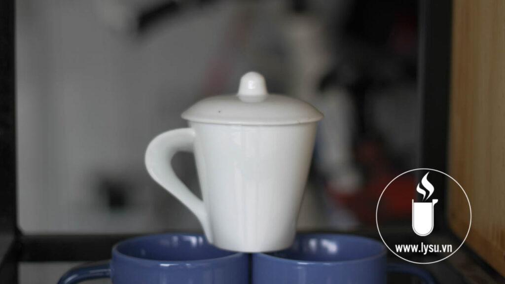 Ly sứ trắng quai xéo là mẫu ly thiết kế quai cầm phá cách rất dễ nhận diện