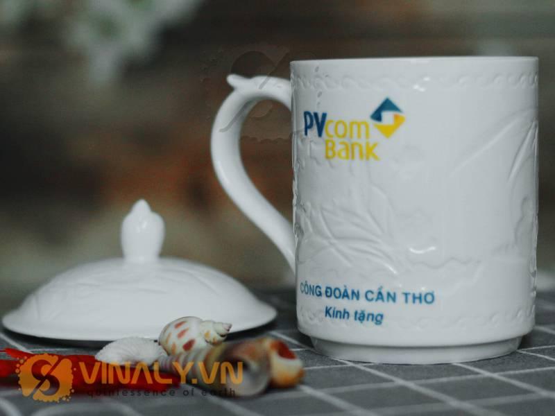 Một sản phẩm ly sứ trụ hoa văn quai kiểu có nắp đại diện thương hiệu VPcombank