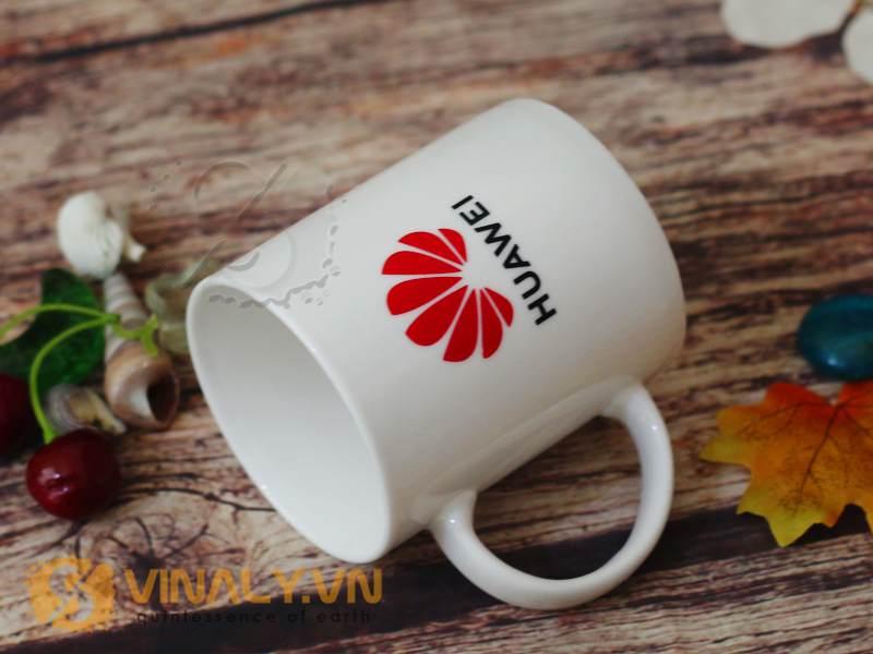 Ly sứ trắng kem in logo Huawei được đặt hàng làm quà tặng Tết với số lượng lên đến vài chục nghìn cái