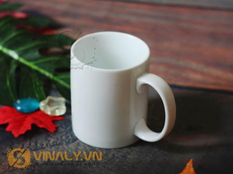 Thiết kế nhỏ gọn, đơn giản là điểm nổi bật của sản phẩm ly sứ trắng cao cấp Vinaly