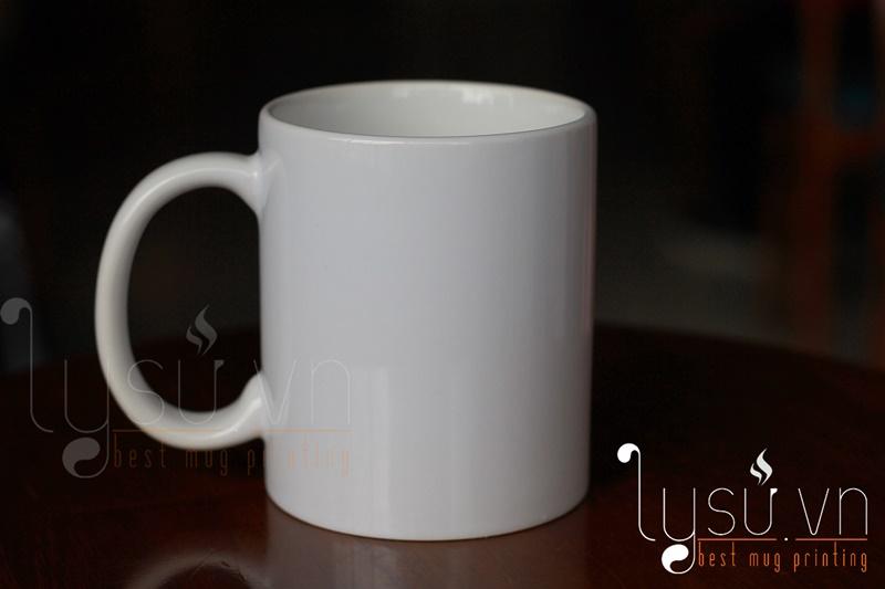 Ly sứ trắng thường: Giá thành giao động từ 24.000 đ – 40.000 đ tùy vào số lượng đặt hàng.