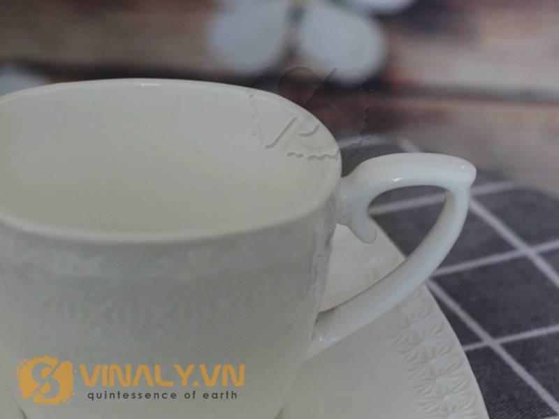 Phần quai cầm được cách điệu tạo nên vẻ sang trọng cho dòng ly sứ cafe đáy vuông size L