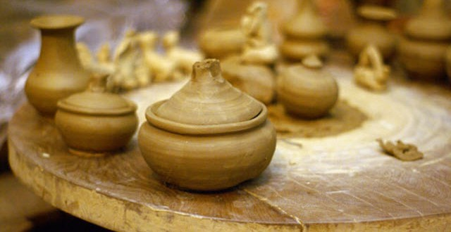 Sản phẩm của làng gốm Thanh Hà  làm từ đất sét nâu dọc sông thu Bồn có độ dẻo và kết dính cao.