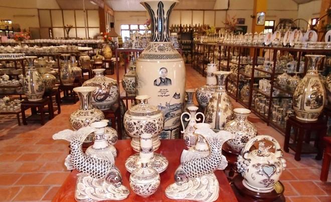 Sản phẩm của làng gốm sứ Chu Đậu họa tiết được khắc, vẽ đắp nổi mang nét phóng khoáng- hài hòa- tinh tế