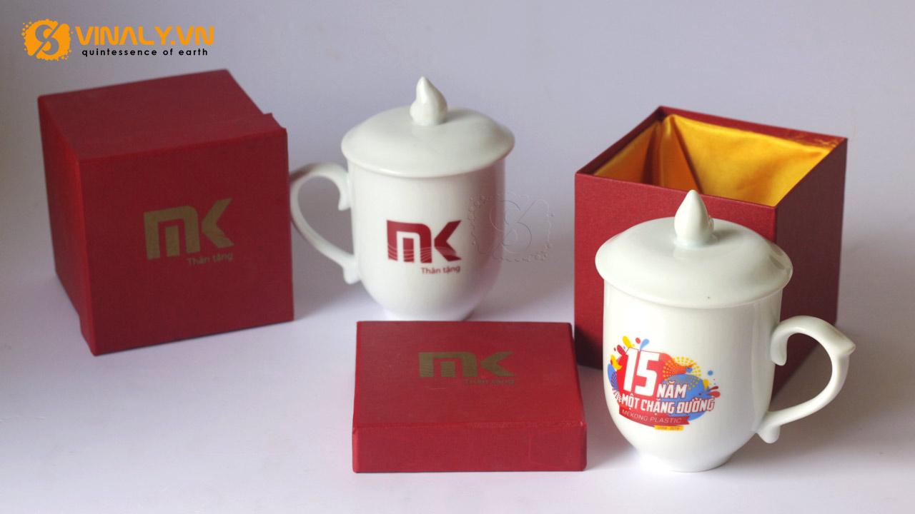 ảnh ly sứ trắng bầu nắp ngọn lửa in hình & logo MK