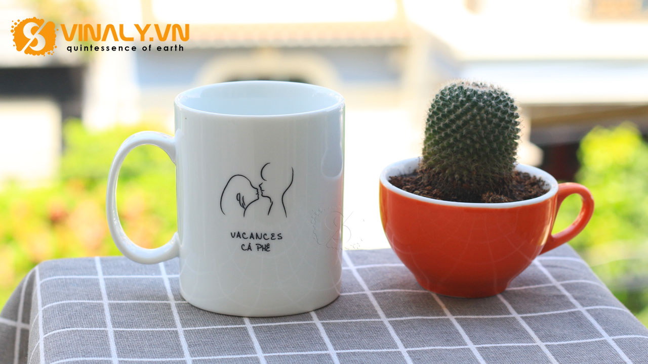 Ảnh ly sứ trắng trụ Vinaly đã in của Vacances Cafe